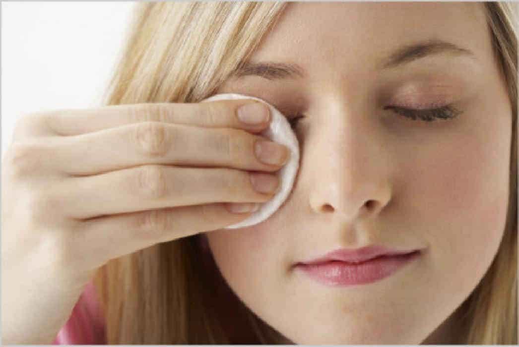 перед сном не забывайте  избавляться от макияжа