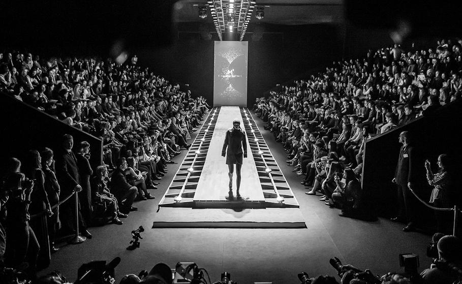 знаменитости посетили модное шоу и остались довольны